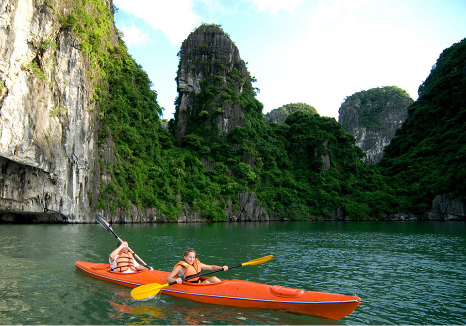 halong_bay_private_cruise_kayaking